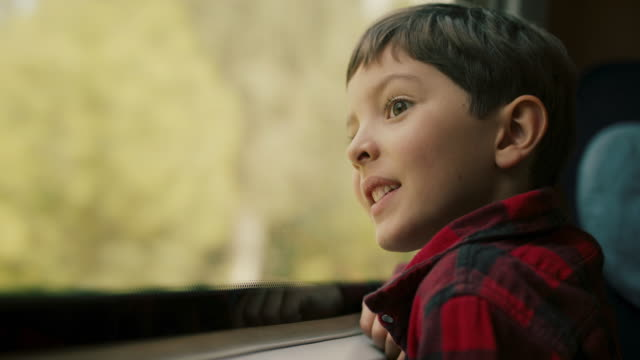 vidéos et rushes de boy looking out of train window - rêvasser