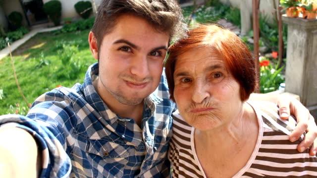Junge Selfie mit seiner Großmutter