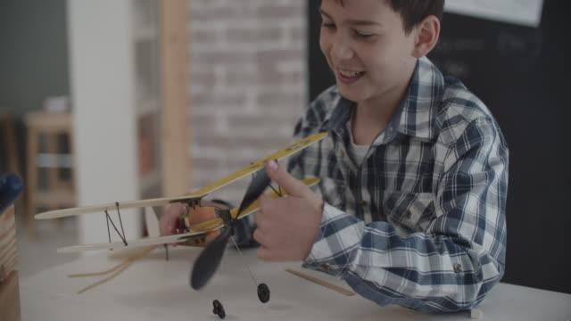 vídeos y material grabado en eventos de stock de avión de juguete que hace chico - cianotipo plano