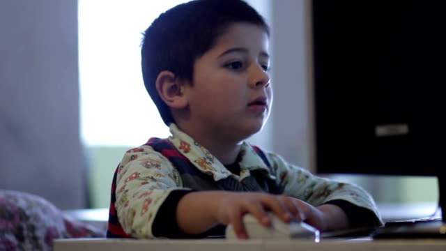 vidéos et rushes de garçon gère ordinateur - équipement informatique
