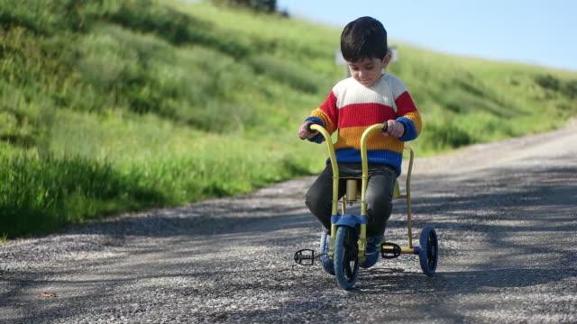 vídeos y material grabado en eventos de stock de niño en bicicleta - pedal