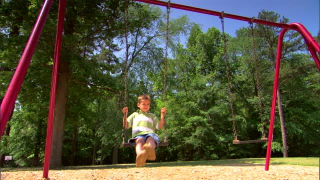 boy on a swing - この撮影のクリップをもっと見る 1428点の映像素材/bロール