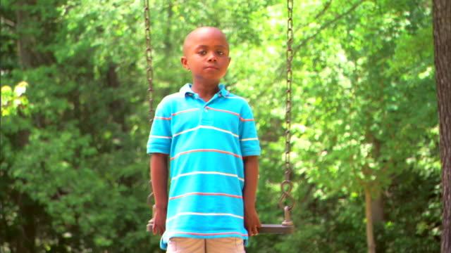 boy on a swing - この撮影のクリップをもっと見る 1278点の映像素材/bロール