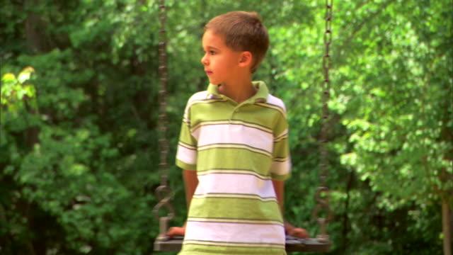 boy on a swing with a magnifying glass - この撮影のクリップをもっと見る 1428点の映像素材/bロール