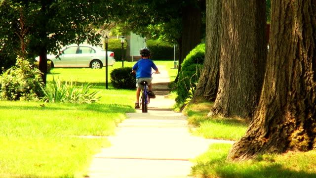 junge auf dem fahrrad, entfernt - nostalgie stock-videos und b-roll-filmmaterial