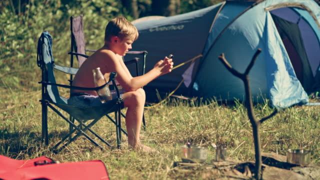 Garçon sur le camping