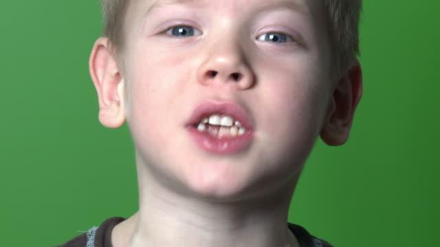 vídeos de stock, filmes e b-roll de menino em verde-chave de croma - fundo verde