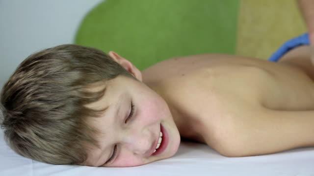 ragazzo con massaggio - bambina nuda video stock e b–roll