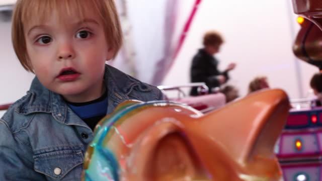 stockvideo's en b-roll-footage met cu pov boy (2-3) on merry go round / brussels, brabant, belgium - alleen jongens