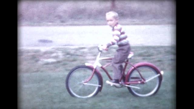 vídeos y material grabado en eventos de stock de 1960 boy on new bike with no training wheels - bicicleta vintage