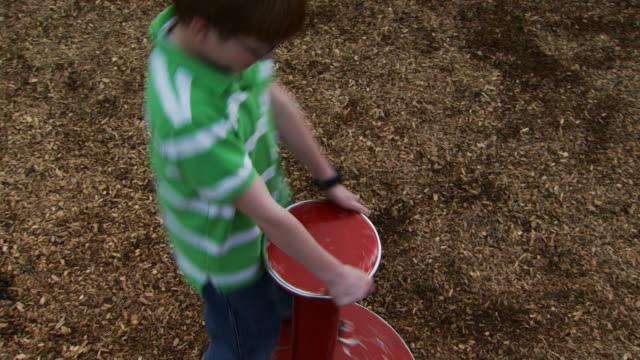 boy on roundabout - この撮影のクリップをもっと見る 1170点の映像素材/bロール