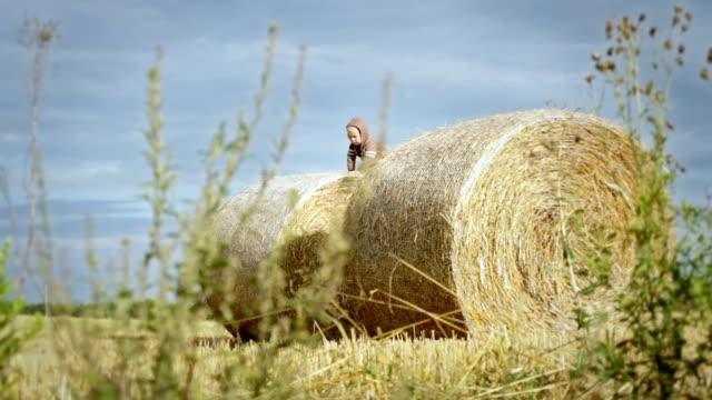 vídeos y material grabado en eventos de stock de boy on straw bale - sólo niños bebés