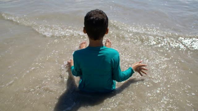 boy ビーチの  - 泡立つ波点の映像素材/bロール