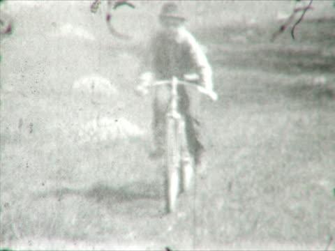 vídeos y material grabado en eventos de stock de boy en el bycicle vintage 8 mm film - bicicleta vintage