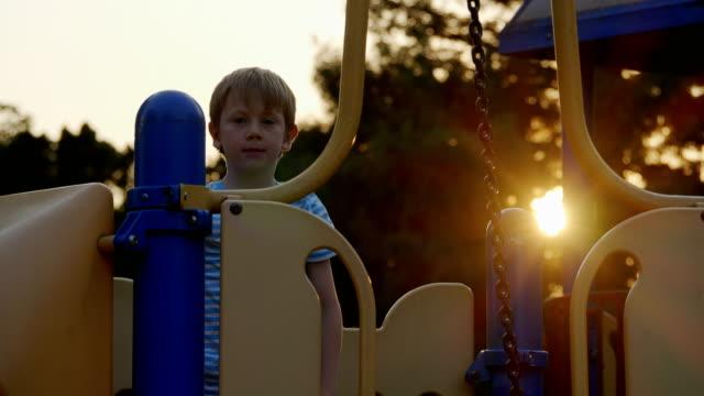 vidéos et rushes de garçon sur le terrain de jeu - série d'émotions