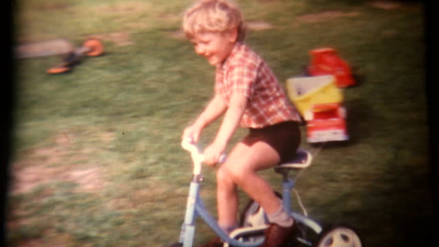 vídeos de stock, filmes e b-roll de garoto no tricycle super 8 1972 (hd1080 - estilo retrô