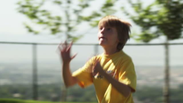slo mo ms focusing boy (12-13) playing american football, american fork, utah, usa - 12 13 år bildbanksvideor och videomaterial från bakom kulisserna