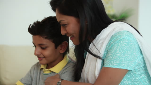 vídeos de stock, filmes e b-roll de boy playing chess with his mother  - jogo de lazer