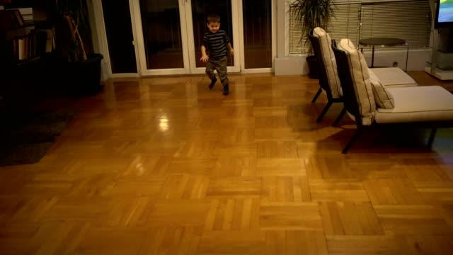 vídeos y material grabado en eventos de stock de niño jugando fútbol - patadas