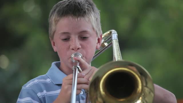 cu boy (10-11) playing trombone / richmond, virginia, usa - 10 11 år bildbanksvideor och videomaterial från bakom kulisserna