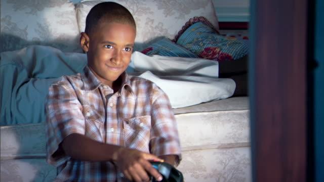 boy playing video game - andere clips dieser aufnahmen anzeigen 1282 stock-videos und b-roll-filmmaterial