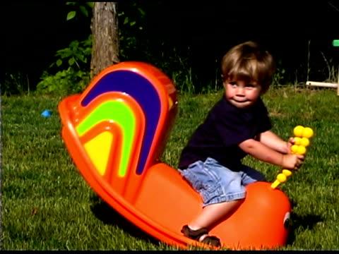 boy playing - endast en pojkbaby bildbanksvideor och videomaterial från bakom kulisserna
