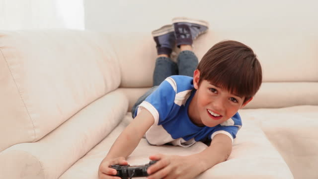 boy playing videos games - solo un bambino maschio video stock e b–roll