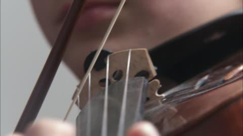 vídeos de stock, filmes e b-roll de ecu boy (12-13) playing violin / brussels, belgium - violino