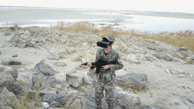 Pojke spela virtuell verklighet