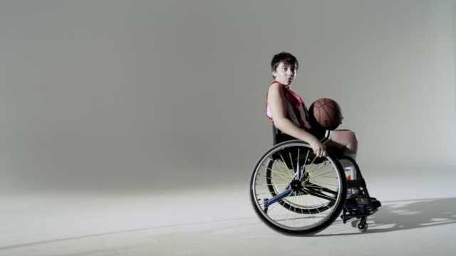 boy playing wheelchair basketball - 車いす点の映像素材/bロール