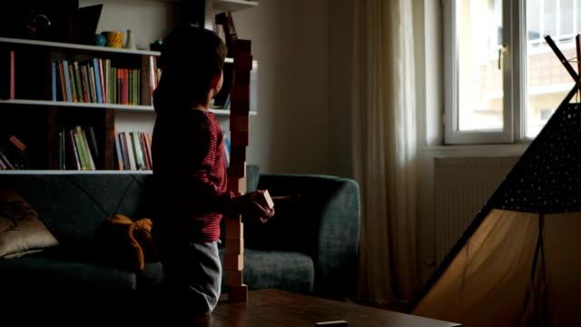 pojke leker med block - kloss form bildbanksvideor och videomaterial från bakom kulisserna