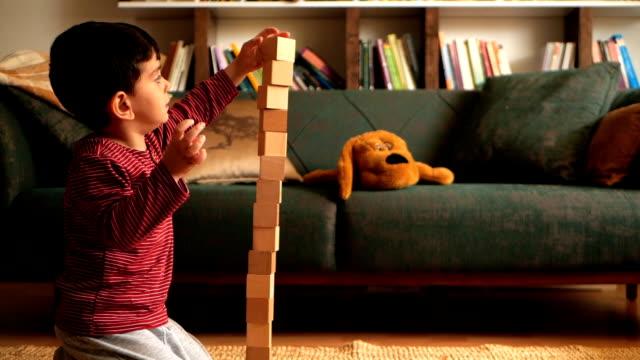 stockvideo's en b-roll-footage met jongen spelen met blokken - blok vorm