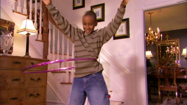 boy playing with plastic hoop - andere clips dieser aufnahmen anzeigen 1282 stock-videos und b-roll-filmmaterial