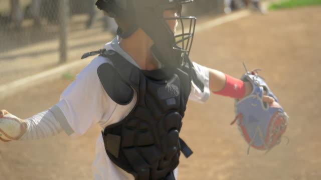 vídeos y material grabado en eventos de stock de boy plays catcher in a little league baseball game. - slow motion - béisbol