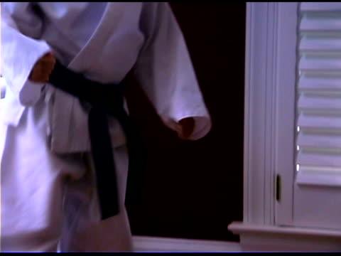 vidéos et rushes de boy practicing karate with father - karaté