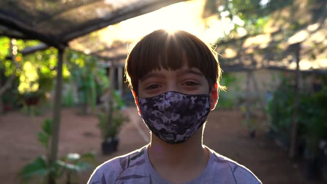vidéos et rushes de garçon mettant sur le masque protecteur - s'adapter