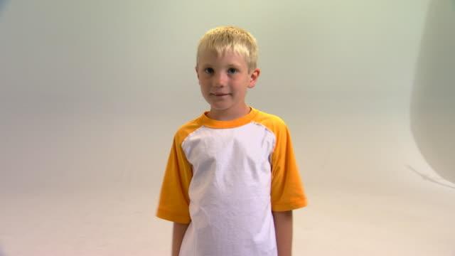 vidéos et rushes de boy raising arms - bras humain