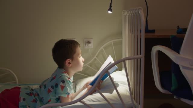 pojke läser en bok - 8 9 år bildbanksvideor och videomaterial från bakom kulisserna