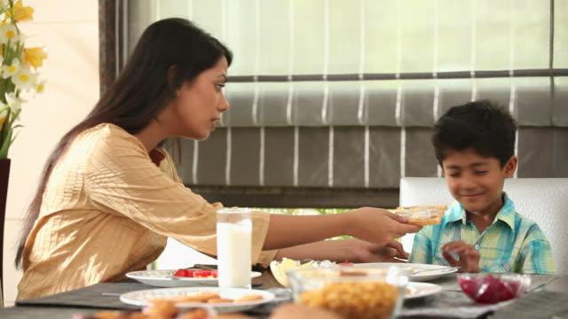 boy refuse to eat breakfast - 断る点の映像素材/bロール