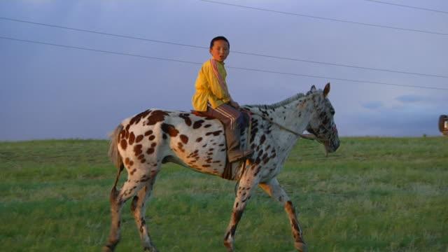 ms pov boy riding on horse / ulaan baatar, tuv, mongolia - attività equestre ricreativa video stock e b–roll