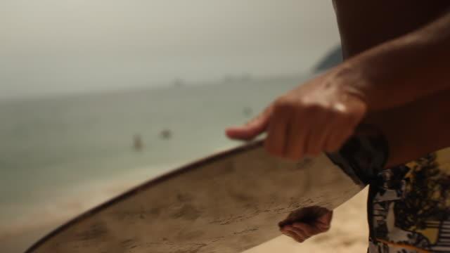 boy riding wave with bodyboard - mindre än 10 sekunder bildbanksvideor och videomaterial från bakom kulisserna