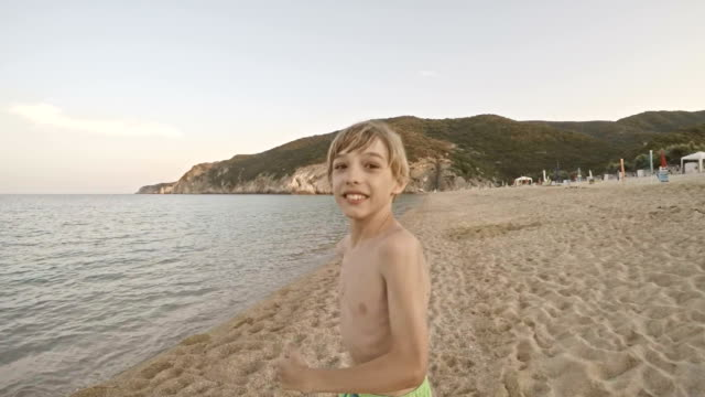 Junge Sandstrand entlang