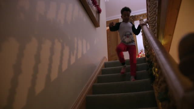 vidéos et rushes de boy running down stairs - staircase