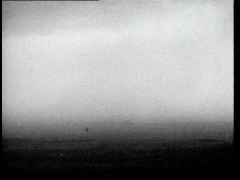 vídeos y material grabado en eventos de stock de boy runs through dirt / dust storm forming / children run across street past car to shelter / dust storm approaching / farmer running through dusty... - vendaval de polvo