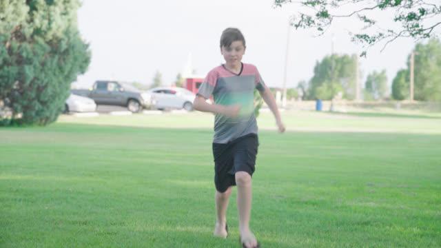 vidéos et rushes de garçon de courses vers la caméra - 12 13 ans