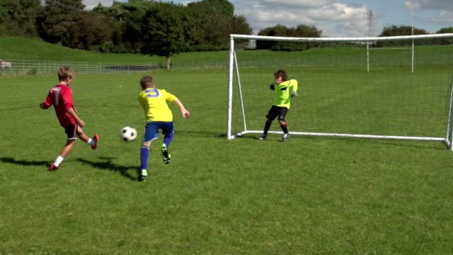 Junge Punkten Ziel im Kid's Fußball und Fußball, Zeitlupe