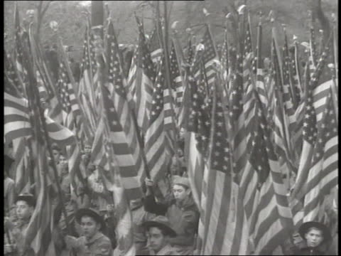 boy scouts carry american flags in a parade - ボーイスカウト連盟点の映像素材/bロール