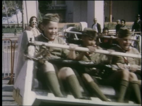 1964 3 boy scouts children soldiers on rotating amusement park ride / ny world's fair - 1964年点の映像素材/bロール