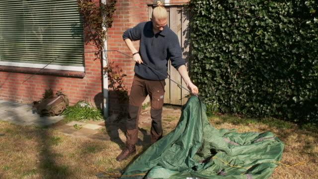 boy setting up tent - männlicher teenager allein stock-videos und b-roll-filmmaterial