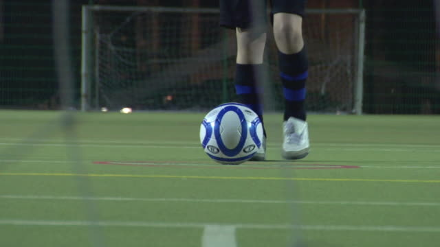 vidéos et rushes de ls cu boy (14-15) shooting at goal, camera behind net, london, uk - essayer de marquer